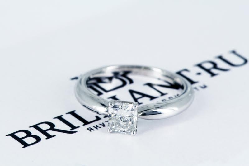 Помолвочное кольцо с бриллиантом Радиант.
